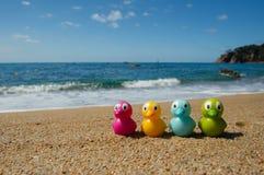 Brinquedos do pato na praia fotos de stock royalty free