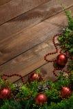 Brinquedos do ramo e do Natal do abeto na madeira foto de stock royalty free