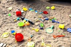 Brinquedos do ` s das crianças na caixa de areia imagem de stock royalty free