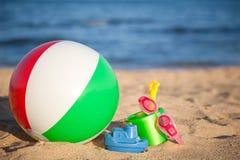 Brinquedos do `s das crianças na praia fotos de stock royalty free