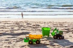 Brinquedos do ` s das crianças na praia Imagens de Stock Royalty Free