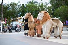 Brinquedos dos cavalos no campo de jogos para crianças foto de stock