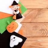 Brinquedos dos enfeites de Dia das Bruxas e folhas bonitos de feltro no fundo de madeira com espaço vazio para o texto fotografia de stock royalty free