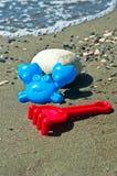 Brinquedos dos miúdos na praia Fotografia de Stock