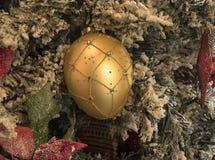 Brinquedos e bolas do ano novo em decorações brilhantes e em agulhas verdes foto de stock royalty free