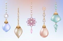 Brinquedos e decorações do Natal com joia festiva das pérolas com diamantes Fotos de Stock Royalty Free