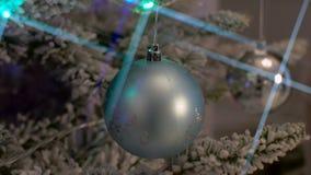 Brinquedos e luzes Sparkly na árvore de Natal verde video estoque