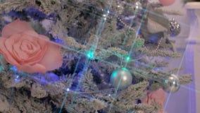 Brinquedos e luzes Sparkly na árvore de Natal verde vídeos de arquivo