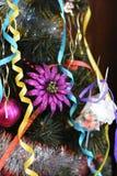 Brinquedos e ouropel maravilhosos na árvore de Natal imagens de stock royalty free