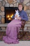 Brinquedos enchidos maduros sênior do coelho de Easter da mulher Fotos de Stock Royalty Free