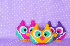 Brinquedos engraçados das corujas de feltro Ofícios Sewing Brinquedos feitos a mão foto de stock royalty free