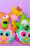 Brinquedos feitos à mão sentidos coruja, urso, gato, girafa Brinquedos bonitos das crianças Foto de Stock