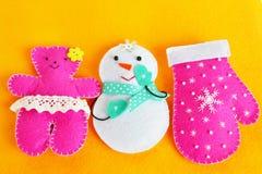 Brinquedos feitos a mão do Natal de feltro Ofícios feitos a mão das crianças Decorações do Natal fotografia de stock royalty free