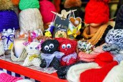 Brinquedos feitos malha pequenos do gato indicados no mercado do Natal de Riga Fotos de Stock Royalty Free