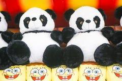 Brinquedos macios para crianças no contador da loja imagens de stock royalty free