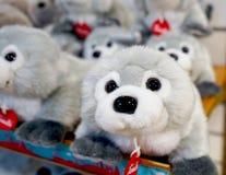 Brinquedos macios para crianças no contador da loja imagem de stock