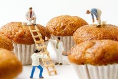 Brinquedos minúsculos que limpam o bolo da banana Fundo do alimento Foto de Stock