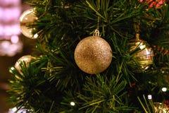 Brinquedos na árvore de Natal fotografia de stock