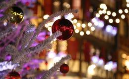 Brinquedos na árvore de Natal Fotografia de Stock Royalty Free