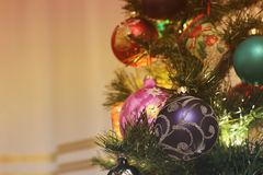 Brinquedos na árvore do ano novo imagens de stock royalty free