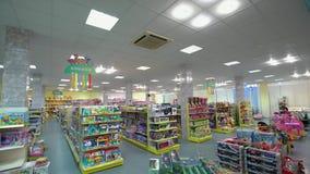 Brinquedos nas prateleiras na loja Imagens de Stock