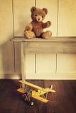 Brinquedos no banco de madeira com olhar do vintage Fotografia de Stock