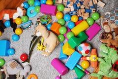 brinquedos no fundo da sala das crianças Fotos de Stock Royalty Free