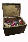 Brinquedos para a árvore de abeto na caixa velha no fundo branco Foto de Stock Royalty Free