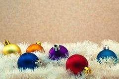 Brinquedos para a árvore de Natal balões Multi-coloridos fotos de stock royalty free