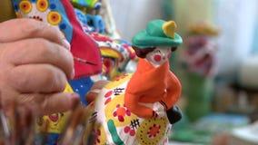 Brinquedos pintados de Dymkovo da argila com pinturas e folha de ouro video estoque