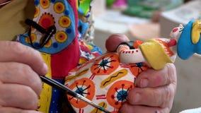 Brinquedos pintados de Dymkovo da argila com pinturas e folha de ouro vídeos de arquivo