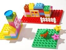 Brinquedos rápidos plásticos coloridos da construção Fotografia de Stock