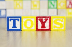 Brinquedos soletrados para fora em blocos de apartamentos do alfabeto Fotografia de Stock Royalty Free