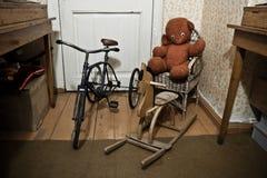 Brinquedos soviéticos do vintage velho: Urso de peluche, cavalo de balanço, triciclo no plano velho imagens de stock royalty free