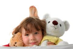 Brinquedos (urso de peluche dois nas mãos da menina) Foto de Stock Royalty Free