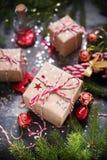 Brinquedos vermelhos da árvore de abeto da composição do feriado do Natal Imagem de Stock