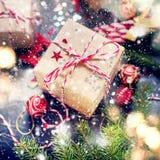 Brinquedos vermelhos da árvore de abeto da composição do feriado do Natal Fotografia de Stock Royalty Free