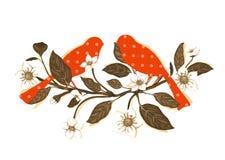 Fleurs blanches et oiseaux rouges sur la composition en brindille Photographie stock libre de droits