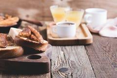 Brioche σάντουιτς με τις μπανάνες στη σάλτσα καραμέλας Στοκ Εικόνες