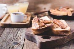 Brioche σάντουιτς με τις μπανάνες στη σάλτσα καραμέλας Στοκ Φωτογραφία