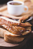 Brioche σάντουιτς με τις μπανάνες στη σάλτσα καραμέλας Στοκ εικόνα με δικαίωμα ελεύθερης χρήσης