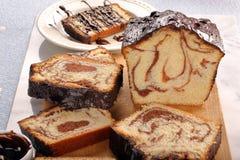 Brioche στροβίλου με τη σοκολάτα στον ξύλινο πίνακα Στοκ Εικόνες