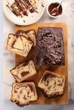 Brioche στροβίλου με τη σοκολάτα στον ξύλινο πίνακα Στοκ Φωτογραφία
