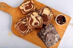 Brioche στροβίλου με τη σοκολάτα στον ξύλινο πίνακα Στοκ Εικόνα