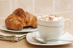 brioche φλυτζάνι cappuccino Στοκ εικόνες με δικαίωμα ελεύθερης χρήσης
