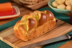 Brioche ψωμί στον αγροτικό πίνακα Στοκ Εικόνα
