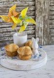 Brioche dolce, coniglio ceramico di Pasqua e girandola di carta casalinga Cottura della casa di Pasqua e decorazioni di Pasqua Fotografie Stock
