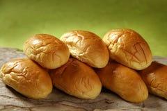 Brioche wenig Brot gestapelt in zwei Reihen Stockfotos