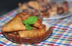 Briouat triangle douce de nourriture Bre délicieux de pâtisserie de festin d'or triangulaire de dessert images stock