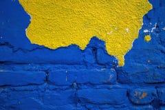 Brique bleue avec la façade jaune Photos libres de droits